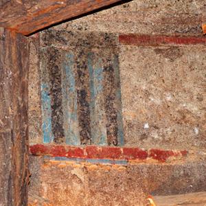 украса на стините на могилата