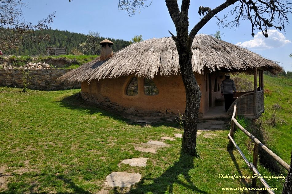 село Лещен - глинената къща