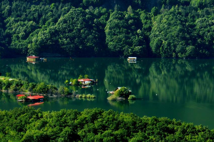 Плаващите къщички по Въча